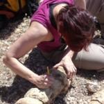 Una investigadora toma muestras de una roca. L.O.