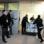 Tres trabajadores de la empresa de transporte entran al Arqua un lote de monedas. :: J. M. RODRÍGUEZ / AGM