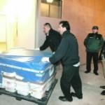Cuatro trabajadores de una empresa de transportes meten en el Arqua cajas con monedas, el domingo ante de un guardia civil y el director del museo, Xavier Nieto. :: J. M. RODRÍGUEZ / AGM
