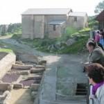 Un grupo de visitantes observa la zona que ya está excavada en el parque arqueológico del Castillo. :: SONIA M. LARIO / AGM