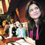 Marín, con una foto del consejero Cruz, la alcaldesa Barreiro y Lassalle, con el tesoro en Arqua. :: J.M.R./ AGM