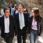 Jesús Navarro y Bascuñana escuchan las explicaciones de la arqueóloga municipal. enrique soler