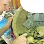 Un técnico examina en el laboratorio los restos de una de las tumbas. :: FOTOS: ©ASOME - UAB - PROYECTO LA BASTIDA