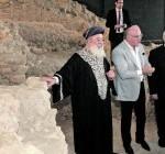 El Gran Rabino sefardí de Israel escucha atentamente las indicaciones del arqueólogo municipal durante la visita a la sinagoga. :: S. M. L. / AGM