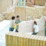 Los técnicos trasladan uno de los murales romanos para instalarlo en su lugar definitivo. :: A.C.