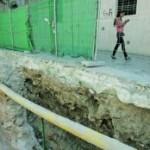 El agujero abierto en Santa Teresa para colocar contenedores causó daños en la muralla. :: FRAN MANZANERA/AGM