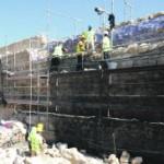 Un grupo de trabajadores se dedicaron ayer a la reconstrucción del adarve en uno de los lienzos de muralla en la calle Rambla. :: PACO ALONSO / AGM