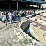 Alumnos del curso de la Universidad del Mar, en su visita al parque arqueológico del Castillo. :: P. ALONSO / AGM