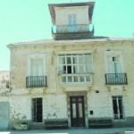 Fachada principal de la casa de don Zenón; a la izquierda, las dependencias que serán derribadas. :: M. R. M.