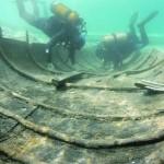 Dos submarinistas trabajan en el barco fenicio. :: ARQUA