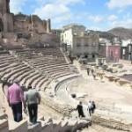 Unos turistas descienden por el graderío del monumento romano, en una imagen de la pasada primavera. :: J. M. RODRÍGUEZ / AGM